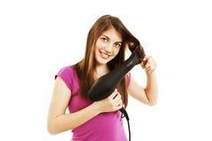 Schöner Trockner der jungen Frau ihr Haar mit Trockner stockfotos