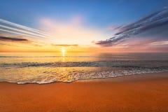 Schöner tropischer Sonnenaufgang auf dem Strand stockbild