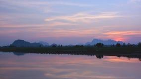 Schöner tropischer Sonnenuntergang über dem Salween-Fluss mit Bergen Stockfotos