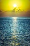 Schöner tropischer Sonnenuntergangozeanhintergrund Lizenzfreies Stockfoto
