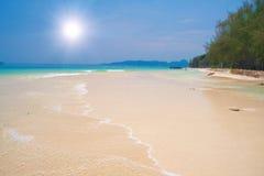 Schöner tropischer Strand stockfotos