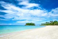 Schöner tropischer Strand auf dem Hintergrund von Palmeinsel Stockbilder