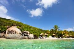Schöner tropischer Strand bei Karibischen Meeren Stockbilder