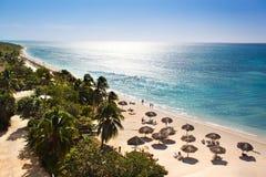 Schöner tropischer Strand des Sonnenaufgangs Stockfotos