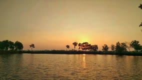 Schöner tropischer Strand in Indonesien bei Sonnenuntergang lizenzfreie stockbilder