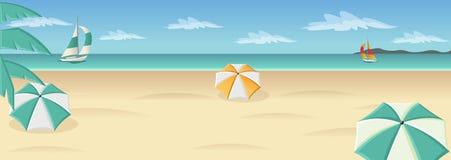 Schöner tropischer Strand mit blauem Ozean, Regenschirmen und Palme Stockfotos