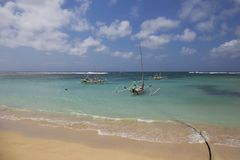Schöner tropischer Strand mit Fischer ` s Booten in Bali, Indonesien Lizenzfreies Stockfoto