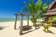 Schöner tropischer Strand mit KokosnussPalmen Stockfoto