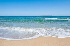 Schöner tropischer Strand mit Türkiswasser und weißem Sand Stockbild