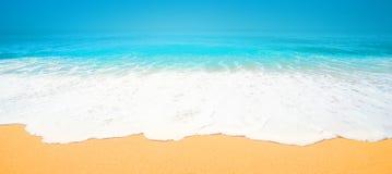 Schöner tropischer Strand mit weicher Welle von blauem Ozean, Sand und lizenzfreies stockbild
