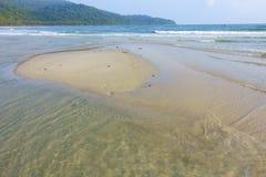 Schöner tropischer Strand- und Kokosnussbaum rudern auf Strand an KOH ko lizenzfreie stockfotografie