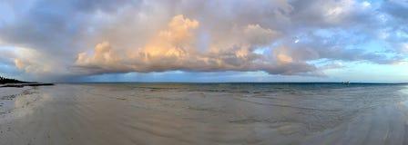 Schöner tropischer Strand unter düsterem Himmel lizenzfreie stockfotos