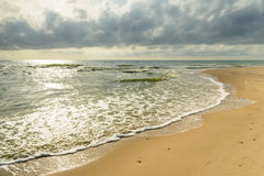 Schöner tropischer Strand unter düsterem Himmel lizenzfreies stockfoto