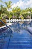 Schöner tropischer Swimmingpool Stockfotos