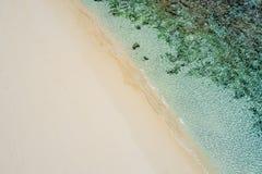 Schöner tropischer weißer leerer Strand und Meereswellen gesehen von oben Seychellen-Strandvogelperspektive lizenzfreies stockbild