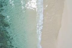 Schöner tropischer weißer leerer Strand und Meereswellen gesehen von oben Seychellen-Strandvogelperspektive stockfoto