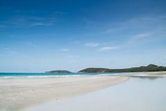 Schöner tropischer weißer Sandstrand lizenzfreie stockbilder