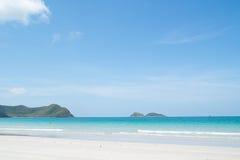 Schöner tropischer weißer Sandstrand stockfoto