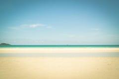 Schöner tropischer weißer Sandstrand stockfotografie