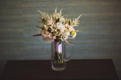 Schöner und bunter Blumenstrauß von Blumen über hölzerner Tabelle Lizenzfreies Stockfoto