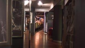 Schöner und reicher Entwurf der Bar im modernen Luxusrestaurant Bequeme Stühle nahe Stangenzähler, Glaswand mit stock footage