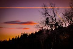 Schöner und romantischer Sonnenuntergang in der traumhaften Landschaft von Steiermark stockbild