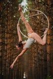 Schöner und würdevoller Luftturner tut Übungen auf dem Ring Stockfotos