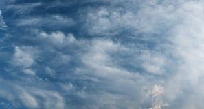 Schöner unterer stürmischer Himmel mit drastischen Wolken Stockfoto