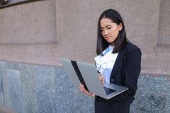 Schöner Unternehmer des jungen Mädchens hält Laptop und Arbeiten, löst lizenzfreie stockfotos