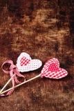 Schöner Valentinsgrußtageshintergrund mit roten Herzen und Dekorum Lizenzfreies Stockfoto