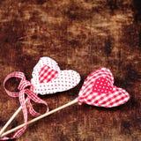 Schöner Valentinsgrußtageshintergrund mit roten Herzen und Dekorum Stockfotografie