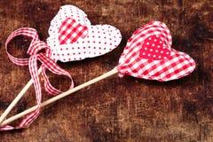 Schöner Valentinsgrußtageshintergrund mit roten Herzen und Dekorum Stockfoto