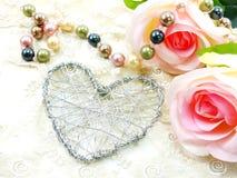 Schöner Valentinstag mit Herzen und rosafarbenem Blumenhintergrund Stockbilder