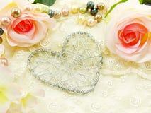 Schöner Valentinstag mit Herzen und rosafarbenem Blumenhintergrund Stockfotos
