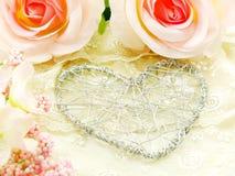Schöner Valentinstag mit Herzen und rosafarbenem Blumenhintergrund Lizenzfreies Stockfoto