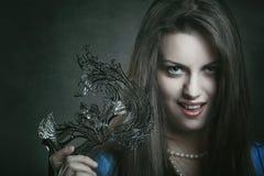 Schöner Vampir mit venetianischer Maske lizenzfreie stockbilder