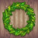 Schöner Vektor Weihnachtskranz gemacht von den grünen Tannenbaumasten mit glänzenden Scheinen auf hölzernem Hintergrund Tradition stock abbildung