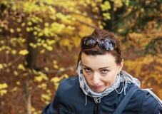 Schöner verrückter Brunette, der draußen im Herbst, vibrierendes colo aufwirft Stockbilder