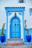 Schöner verschiedener Satz blaue Türen der blauen Stadt von Chefchao lizenzfreie stockfotos