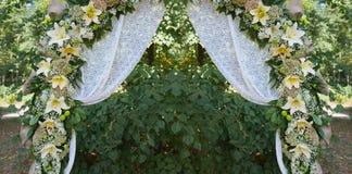 Schöner verzierter Heiratsbogen für die Zeremonie im Freien lizenzfreie stockfotografie