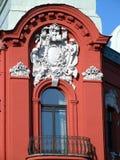 Schöner verzierter roter Balkon Lizenzfreie Stockfotos