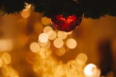 Schöner verzierter Weihnachtsbaumhintergrund mit dem Flitter und Weihnachts-Verzierungen verwischt im Gold-bokeh Stockfotos