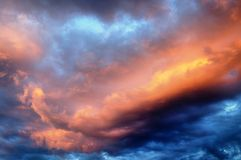 Schöner vibrierender bewölkter Himmel bei dem Sonnenuntergang, bunt lizenzfreie stockbilder