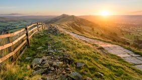 Schöner vibrierender Sonnenaufgang mit Steinweg Stockfotografie