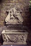Schöner viktorianischer Wand-Brunnen im Garten, London, das Gartenmuseum lizenzfreie stockfotos