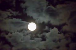 Schöner Vollmond und weißer Hintergrund des bewölkten Himmels im Mitternachtshimmelhintergrund, Mondschein auf Halloween-Nacht oh Stockfotografie