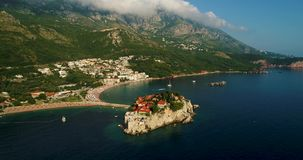 Schöner von der LuftPanoramablick in Insel Sveti Stefan in Budva, Montenegro stock footage