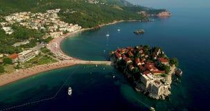 Schöner von der LuftPanoramablick in Insel Sveti Stefan in Budva, Montenegro stock video