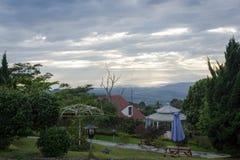 Schöner warmer Morgen auf dem Garten des Bandungan-Hügel-Hotels und Erholungsort auf Semarang, Indonesien stockfotografie
