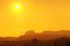 Schöner warmer Sonnenuntergang in einer Wüstenschlucht Lizenzfreies Stockbild